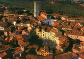 16世紀の強固な城壁に囲まれた「中世の街ルッカ」へ